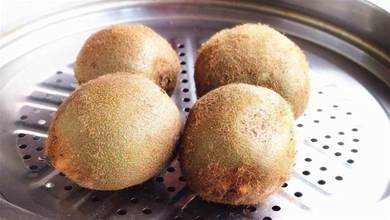 把獼猴桃放鍋中蒸2分鐘,太聰明了,用途花錢也買不到,簡單方便