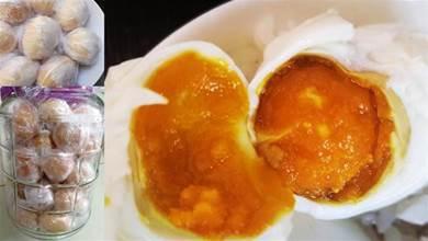 醃雞蛋時,千萬別只放鹽,大廚:教你正確做法,個個金黃流油!