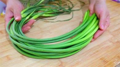 炒蒜苔時,蒜苔別直接下鍋炒,教你一個小技巧,香嫩翠綠還入味