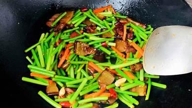 炒蒜苔,「最忌」直接下鍋炒!多做2步,翠綠不發黃,軟爛又入味