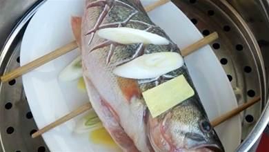 清蒸魚切記別放料酒和鹽,教你正確做法,魚肉鮮嫩多汁,不腥不老