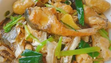 客家油豆腐配上1個魚頭,一道費飯菜做法,又香又滑聞到都流口水