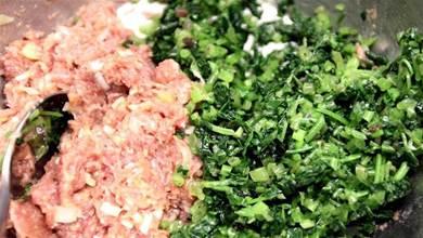 萬能餃子餡口訣,「鹽水酒粉油」,按序下調料,肉餡香滑嫩無腥膻