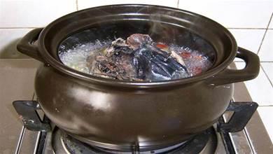清燉雞湯時,要牢記「1放3不放」,雞湯濃香味道正,沒腥味