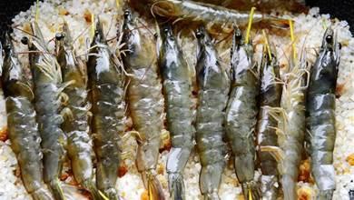 大蝦往鹽堆裡一埋,只需加熱5分鐘,就可吃到香酥鮮甜的鹽焗蝦了