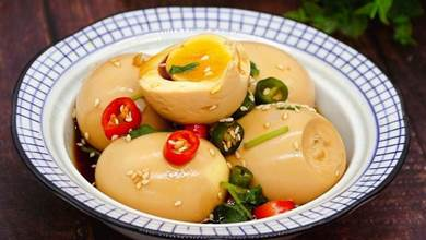 煮雞蛋時,加一勺白醋,再用秘制料汁浸泡,鮮嫩好吃