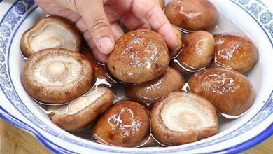 香菇千萬別用清水洗,等於吃蟲卵,教你個妙招,臟東西全跑光光