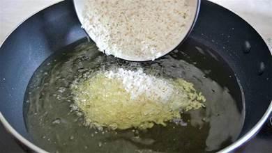 1碗大米倒入滾燙的油鍋,頭一次見這做法,真是高手在民間,厲害
