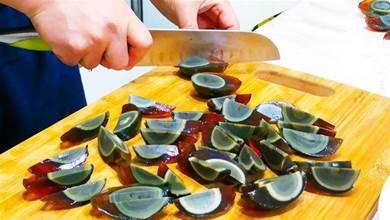 過年吃松花蛋,千萬不要直接切,1個小訣竅,松花蛋不粘刀不散花