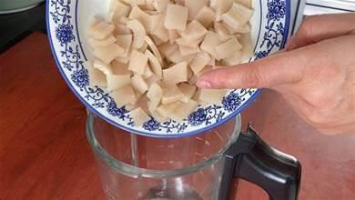 豬皮不用熬煮,放進豆漿機裡,分分鐘做出爽滑Q彈的豬皮凍,美味