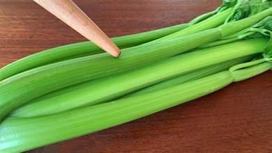 炒芹菜有人焯水,有人直接炒,都不對,教你正確做法,脆嫩不塞牙