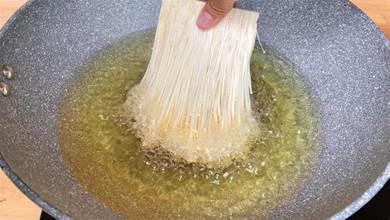 把金針菇放入滾燙的油鍋中,瞬間變美食,第一次見這種做法,解饞