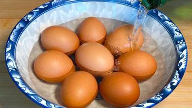把白酒倒在雞蛋上,沒想到這麼厲害,很多人不知道,看完長見識了