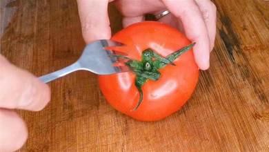 今天才發現,番茄去皮這麼簡單,一把叉子10秒搞定,不用開水燙
