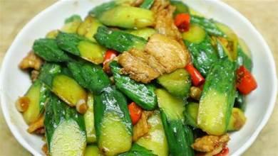 黃瓜和肉片在一起炒簡直是絕配,做法特別簡單,清脆營養有滋味