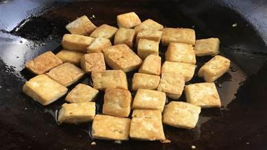 炒豆腐,直接下鍋就錯了,大廚教你一招,入味特下飯,一點都不碎