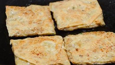 這是香煎豆腐皮蝦餅,簡單調個餡兒,咸香可口,做法好學